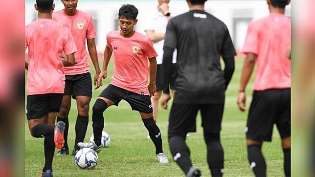 Pesepak bola Beckham Putra Nugraha (ketiga kiri) mengikuti seleksi pemain Timnas Indonesia U-19 di Stadion Wibawa Mukti, Cikarang, Bekasi, Jawa Barat, Senin, 13 Januari 2020. Sebanyak 51 pesepak bola hadir mengikuti seleksi pemain Timnas U-19 yang kemudian akan dipilih 30 nama untuk mengikuti pemusatan latihan di Thailand. ANTARA