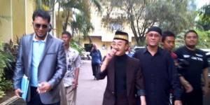 Eyang Subur bersama kuasa hukumnya Ramdhan Alamsyah dengan mengenakan jas hitam dipadu kaos celana, dan sepatu serba hitam, Jumat (19/4/2013) datangi Bareskrim Mabes Polri, Jakarta. (TRIBUNNEWS.COM/ ADI SUHENDI)