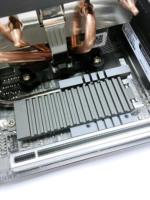 B550I AORUS PRO AX主機板分別在正面、背面各提供1個M.2插槽,但只有正面的M.2插槽是透過PCIe通道連接處理器,所以能安裝、發揮PCIe 4.0規格的M.2固態硬碟的傳輸實力。