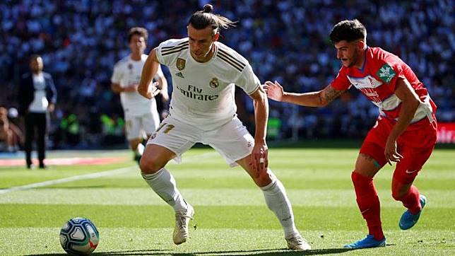 Gelandang Real Madrid Gareth Bale, berusaha melewati pemain Granada Carlos Neva dalam pertandingan Liga Spanyol di Santiago Bernabeu, Madrid, 6 Oktober 2019. REUTERS/Javier Barbancho