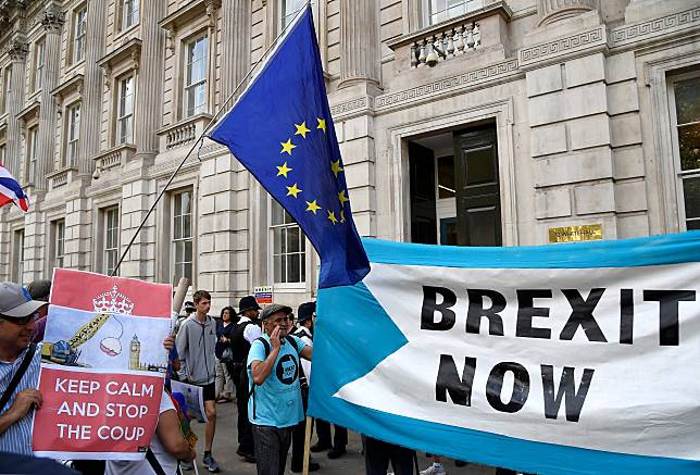 Pro-Brexit and anti-Brexit campaigners protest outside the Cabinet Office in London