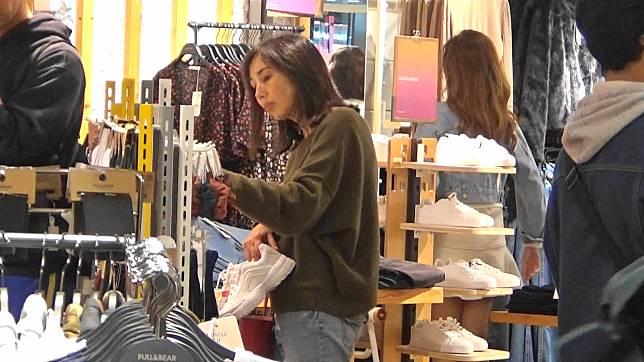 囡囡試衫時,柏安妮繼續於店內幫對方揀衫。