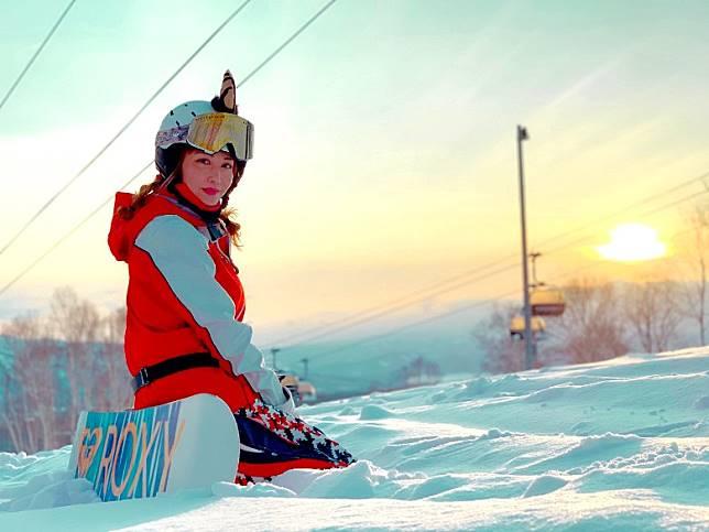 滑雪解悶彩華睇埋日落自娛。