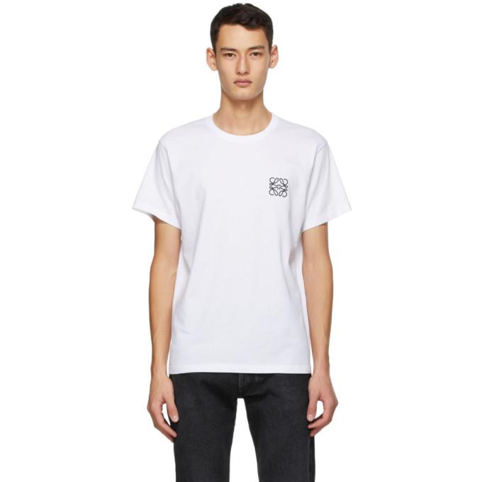 白色短袖 T 恤,采用混棉弹性平纹针织面料。罗纹针织圆领,胸部黑色徽标刺绣。供应商配色:White