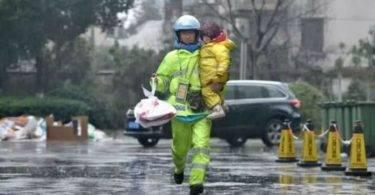 超感人!殘疾爸單手抱女兒送外賣,媒體報導後改寫人生