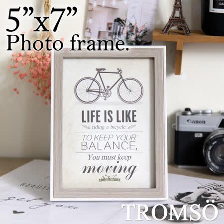 ◆雙色木紋質感,厚度約1.7公分 ◆劍板設計,相框可直接直式擺立 ◆輕量環保材質,高雅相框裝飾