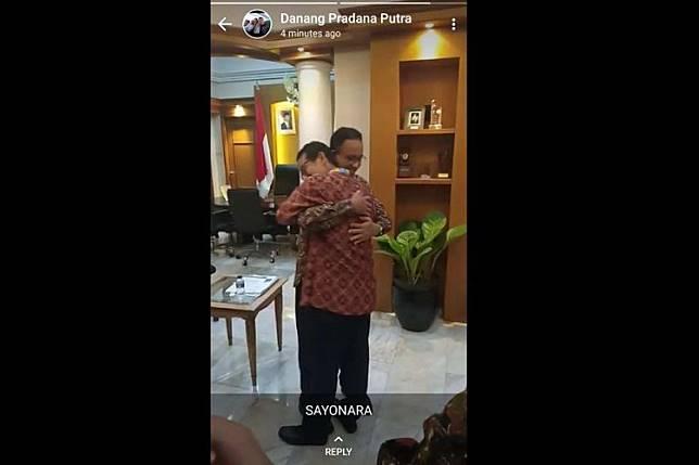 Wakil Gubernur DKI Jakarta Sandiaga Uno berpelukan dengan Gubernur Anies Baswedan di Balai Kota, Kamis (9/8/2018).(Bidik layar status WhatsApp Pradana Putra)   Artikel ini telah tayang di Kompas.com dengan judul