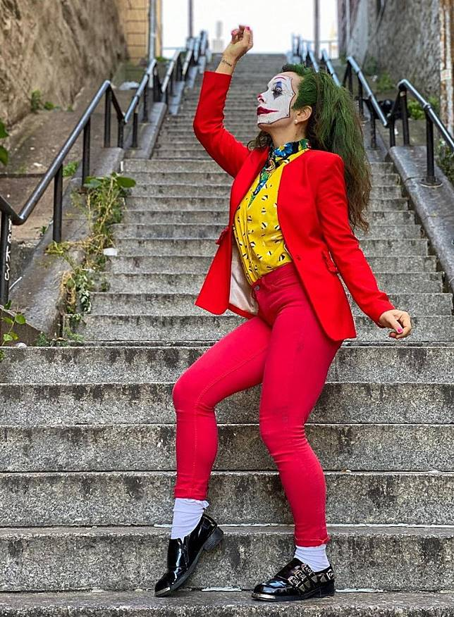 女粉絲以小丑打扮在樓梯跳舞。