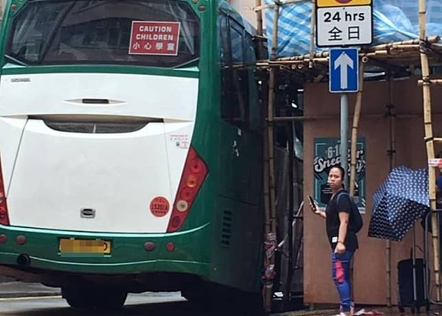 校巴車窗被竹枝插爆。(互聯網)