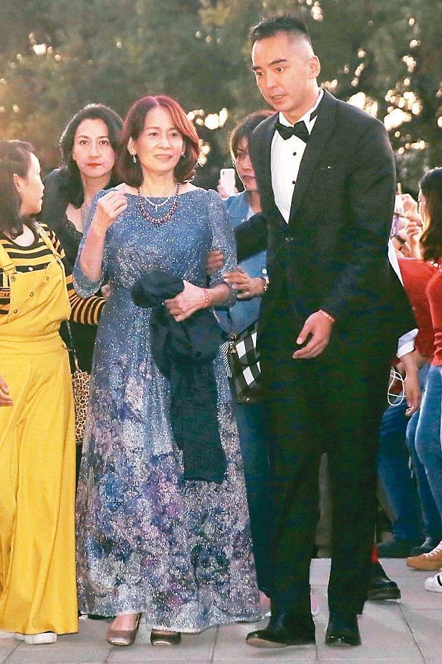 林志玲的媽媽吳慈美(右二)與哥哥林志鴻。