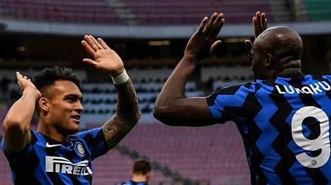 Penyerang Inter Milan Romelu Lukaku melakukan selebrasi dengan Lautaro Martinez setelah mencetak gol pembuka saat menghadapi Sassuolo dalam laga tunda pekan ke-28 Liga Italia di Stadion Giuseppe Meazza, Kamis (8/4/2021) dini hari WIB. [Isabella BONOTTO / AFP].