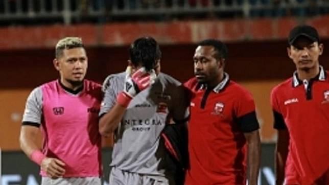Kiper Madura United, Satria Tama, menangis usai laga lawan Arema