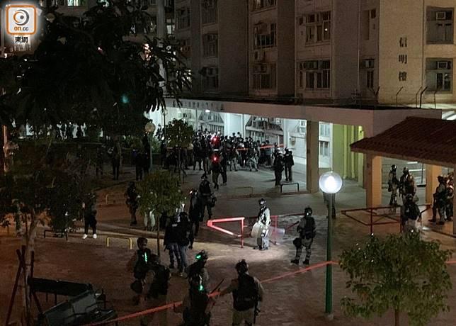 防暴警用橙色膠帶圍封信明樓對開範圍,數十人被截查。