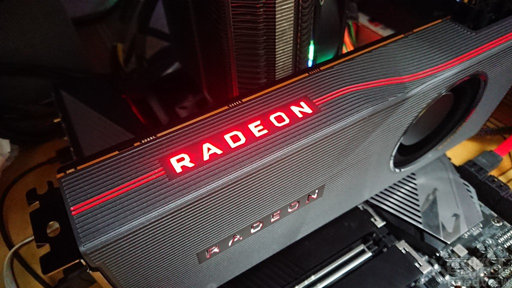 Radeon RX 5700 XT 公版參考設計側邊 RADEON 字樣發光示意。