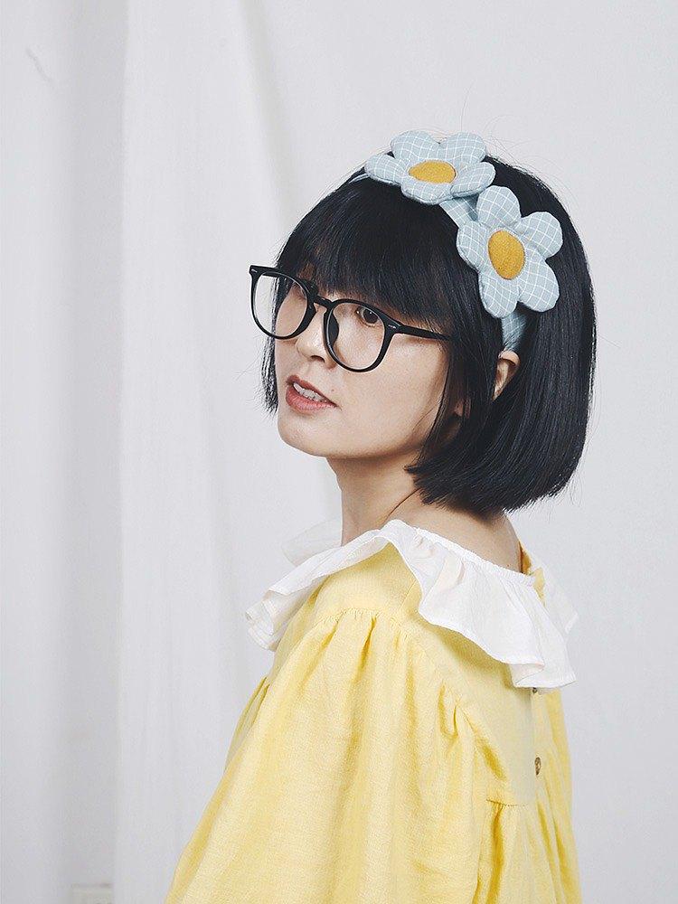 這款是花朵系列的一個發飾,創意之初是想做一個眼罩,後來變成了一個可以做眼罩的髮箍,一舉兩得。