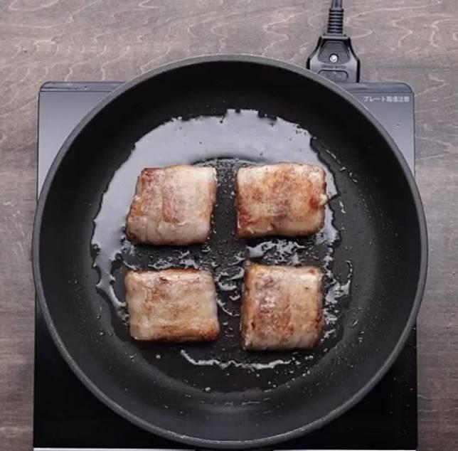 起油鑊煎香豚肉表面,加入燒汁煮至入味。(互聯網)