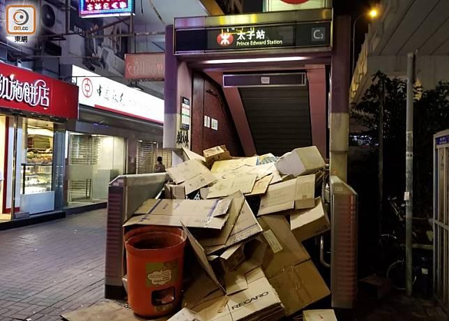 示威者把紙皮及雜物堆到太子站C2出口。(劉志城攝)