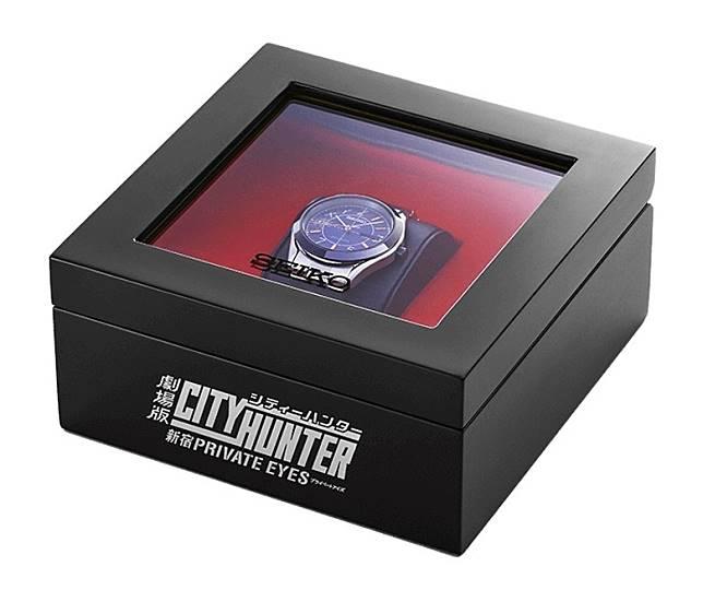 《城市獵人》紀念手表還有美觀的收納盒,透明盒面方面展示。(互聯網)