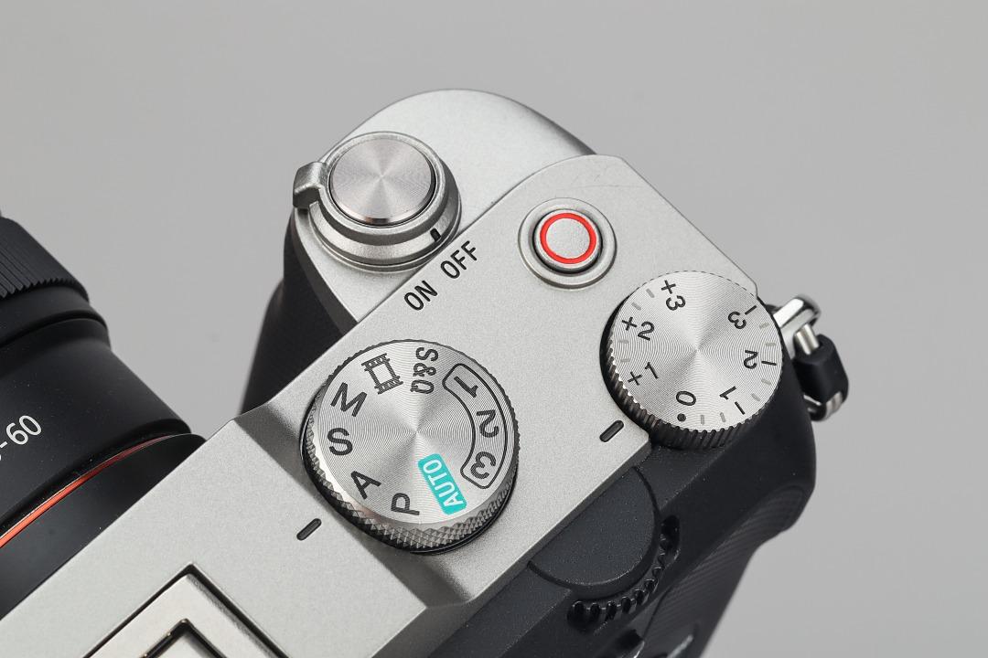 機身右肩取消了 C1、C2 鈕並將錄影鍵移至機身右肩,外觀顯得相對簡潔。