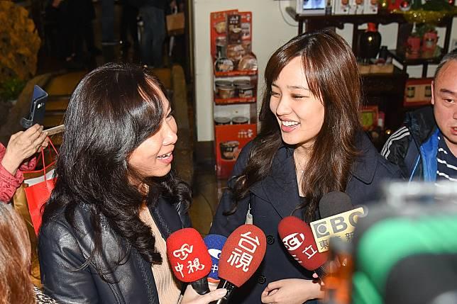 韓國瑜女兒韓冰及妻子李佳芬。(圖/記者陳明安攝,2018.11.28)