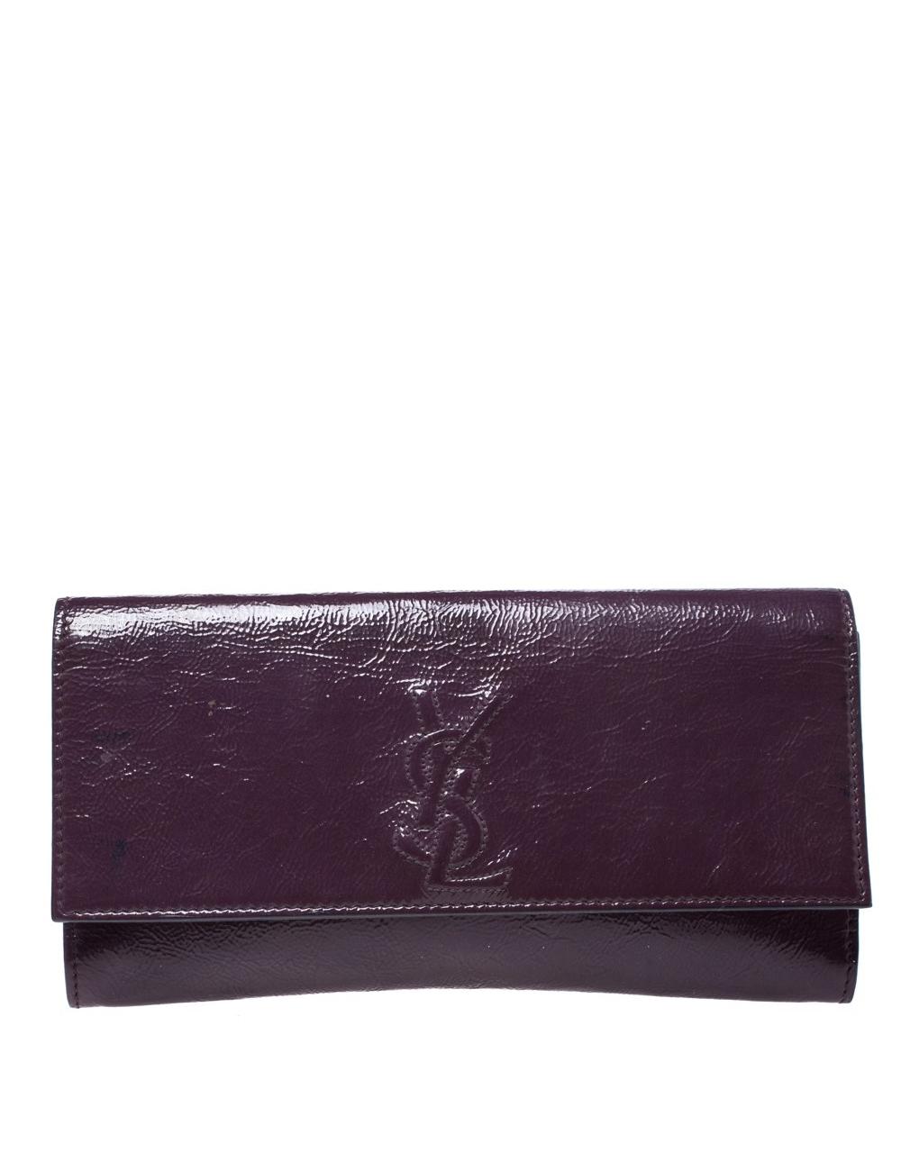 Saint Laurent的Belle De Jour手拿包不僅時尚,而且製作精良。這種設計既簡單又精緻,恰好適合以現代方式體現階級的女性。由漆皮精心製作而成,標榜紫色陰影和YSL縫線翻蓋,營造出緞面