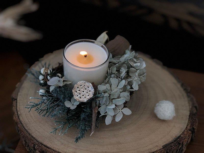 ◤商品描述 尺寸約13~15,放在桌上 點上蠟燭,氣氛百分百 附上收納盒與美國進口大豆香氛蠟燭(可選鼠尾草、薰衣草、檜木),使用日本大地農園不凋松葉,保存良好的環境,可維持1~2年 *不含旁邊毛球擺飾