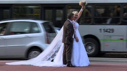 AFP PHOTO / AFPTV / Johannes MYBURGH อเดเมียร์ อะเวลิโน วัย 52 ปี และเกลาเซีย ซูดาน วัย 45 ปี สองสามีภรรยา มีงานอดิเรกสุดแปลกในการท่องเที่ยวไปทั่วโลกเพื่อถ่ายภาพแต่งงาน