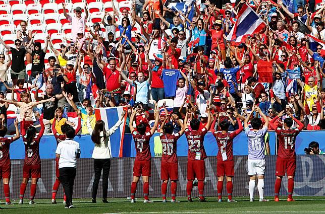 ทุกคนปรบมือให้! สื่อนอกตีข่าวประตูแห่งกำลังใจของสาวไทยในบอลโลก
