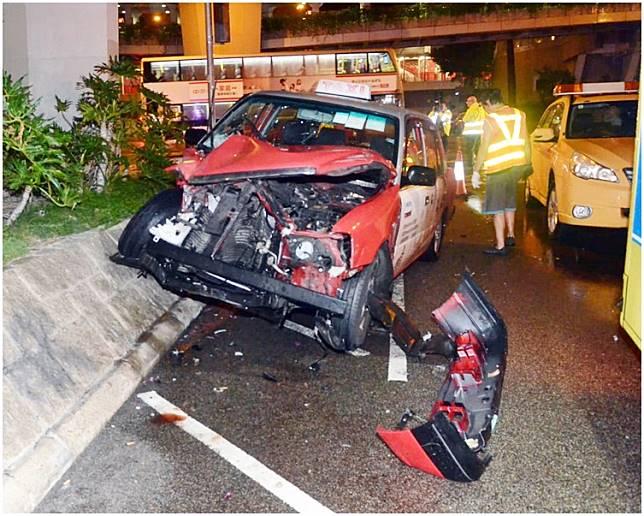 意外中的士車頭損毀。