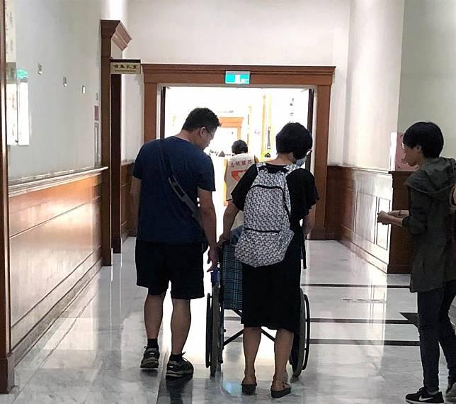 醫科女縱火燒死父親,母坐輪椅出庭求情