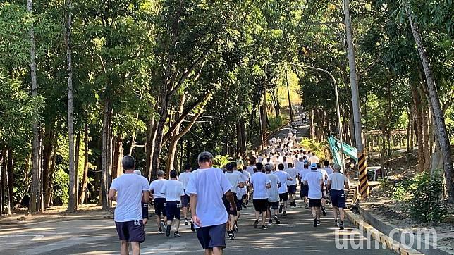 法務部明德外役監獄今天舉辦收容人環山路跑活動。記者吳淑玲/攝影