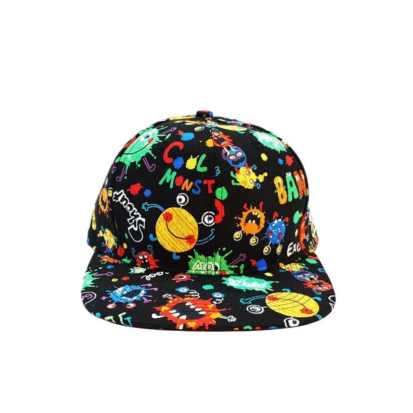 【HiGh MaLi】印花棒球帽-細菌人黑底)經典特色六片棒球帽型,進口布花與台灣布花,加上傳達「愛」之概念的愛心小怪獸圖騰,呈現HiGh MaLi 街頭潮流與藝文揉合風格。帽沿可隨易彎折,瞬間變化老