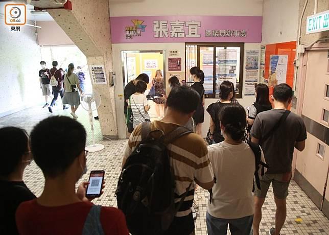 有市民分別在鳳德邨(圖)及慈樂邨的票站投票皆顯示為成功投票。