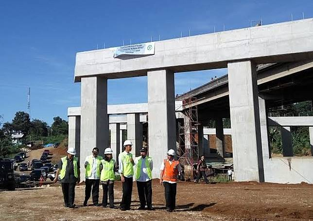 "Infrastructure race:  President Joko ""Jokowi"" Widodo (third from right) inspects a section of a toll road construction project in Bogor, West Java, during a recent visit."