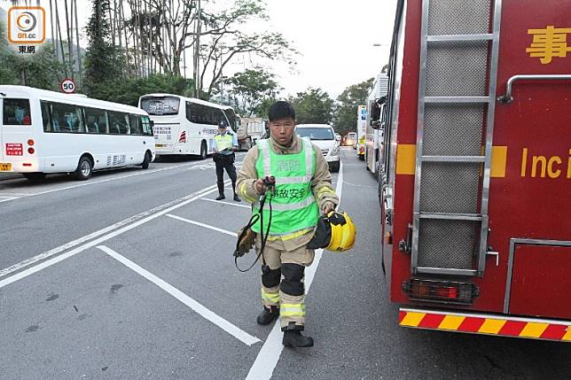 消防事故安全隊到場協助救援。(郭垂垂攝)