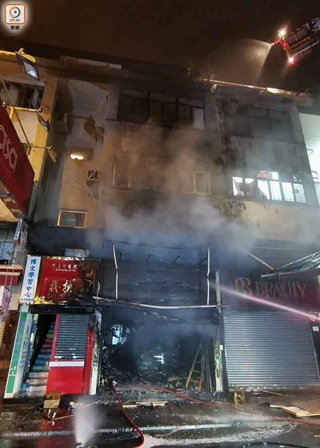 起火藥房樓上有3名住客一度被困。(沈厚錚攝)