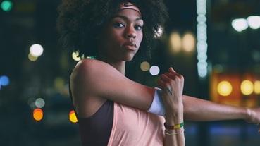 女性專屬 NIKE 推出閃耀 METALLIC SHEEN 躍動訓練系列