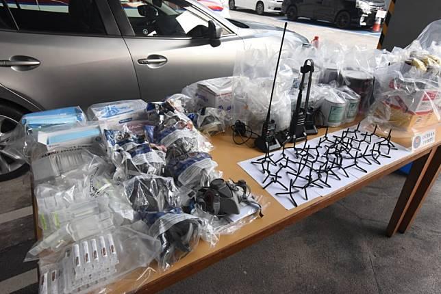 警方檢獲大批攻擊性武器。