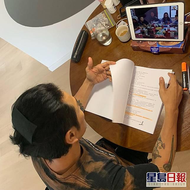 杜德偉喺上海隔離期間喺酒店網上圍讀劇本。