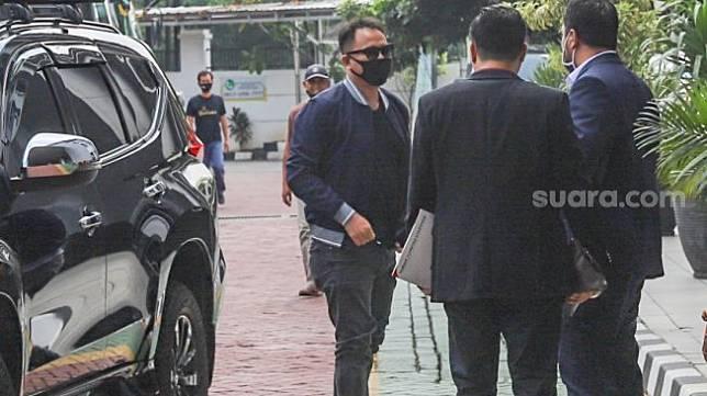 Vicky Prasetyo berbicara dengan kuasa hukumnya saat tiba di Kejaksaan Negeri Jakarta Selatan, Selasa (7/6). [Suara.com/Alfian Winanto]