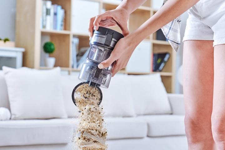 清掃完畢後,只要輕鬆一鍵,就可以將灰塵倒進垃圾桶。