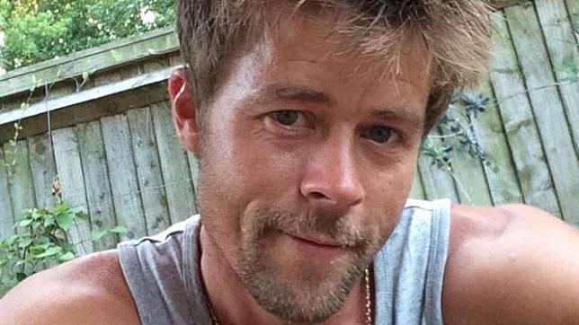 Mirip Banget Sama Brad Pitt, Kuli Bangunan Ini Sering Dikejar-kejar