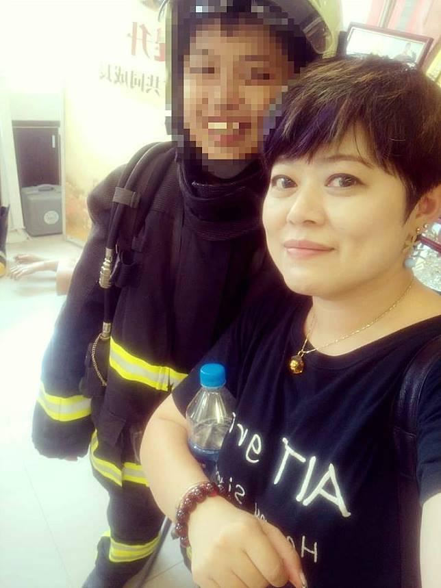 ▲陳小弟赴新北消防局接受表揚,並穿上消防員服裝與媽媽合照。(圖/取自陳媽媽臉書)