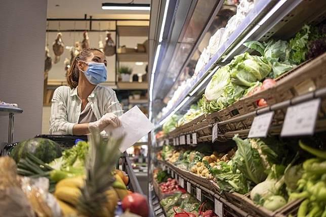 Ilustrasi wanita belanja bahan makanan di tengah pandemi. Freepik.com/Aleksandarlittlewolf