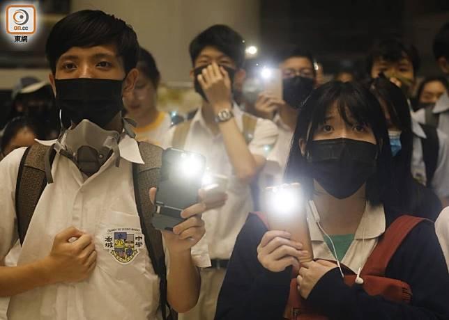 部分學生戴口罩出席。(陳德賢攝)