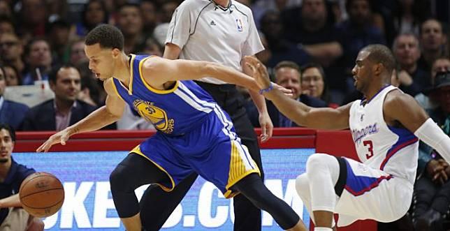 Stephen Curry靠著精彩的「Crossover」晃過了Chris Paul,出手投籃命中。(圖/美聯社/達志影像)
