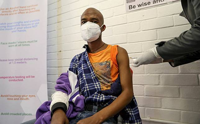 A volunteer receives an injection from a medical worker during the country's first human clinical trial for a potential vaccine against the novel coronavirus, at the Baragwanath hospital in Soweto, South Africa, June 24, 2020.African countries must carry out more coronavirus testing and make people use masks, a regional disease control body said on Thursday as cases topped half a million in the continent.