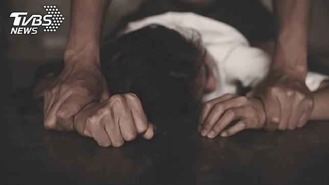 1名女子酒醉後遭男友撿屍,對方還揪朋友玩3P,她發憤考上法律系提告復仇成功。(示意圖/TVBS)