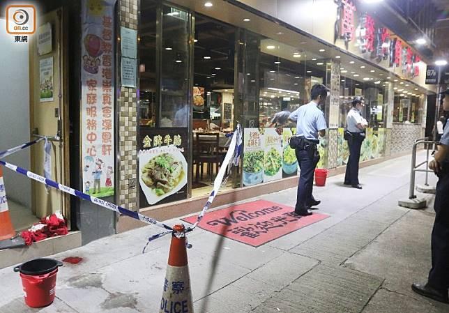 警員到涉事菜館調查。(梁裔楠攝)
