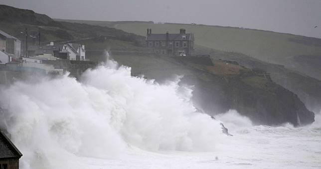 紅色警報!英國2天狂降1個月雨量…整座城市陷入一片汪洋
